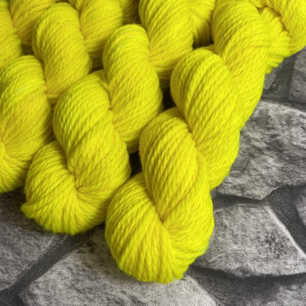 Ein Strang handgefärbte Wolle mit dem Namen Lene von Wolldackel