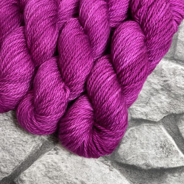 Ein Strang handgefärbte Wolle mit dem Namen Ruby von Wolldackel