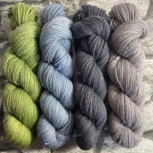 Ein Strang handgefärbte Wolle mit dem Namen Brioche + Mystery – Kit 3 von Wolldackel