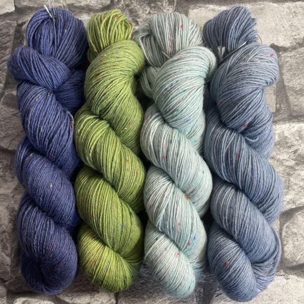 Ein Strang handgefärbte Wolle mit dem Namen Brioche + Mystery – Kit 5 von Wolldackel