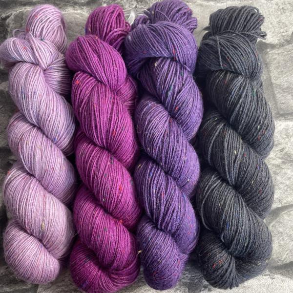 Ein Strang handgefärbte Wolle mit dem Namen Brioche + Mystery – Kit 9 von Wolldackel