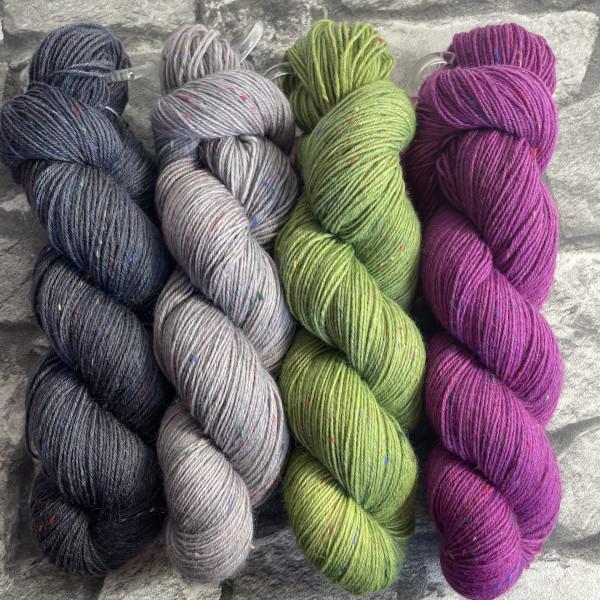 Ein Strang handgefärbte Wolle mit dem Namen Brioche + Mystery – Kit 7 von Wolldackel