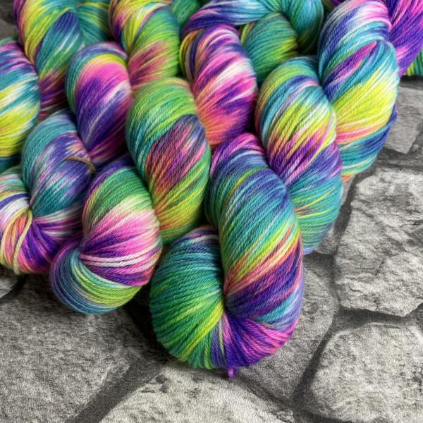 Ein Strang handgefärbte Wolle mit dem Namen Sunshine Reggae von Wolldackel