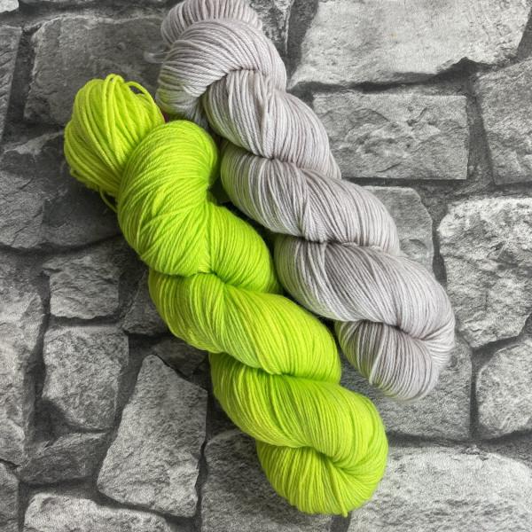 Ein Strang handgefärbte Wolle mit dem Namen Bandana Cowl – Kit 1 von Wolldackel
