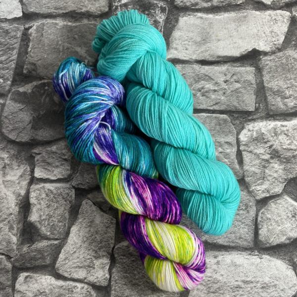 Ein Strang handgefärbte Wolle mit dem Namen Bandana Cowl – Kit 10 von Wolldackel