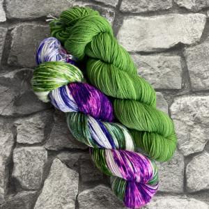 Ein Strang handgefärbte Wolle mit dem Namen Bandana Cowl – Kit 5 von Wolldackel
