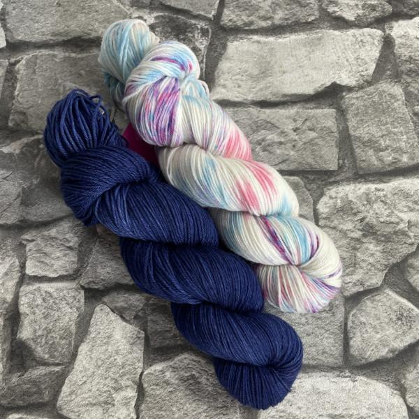 Ein Strang handgefärbte Wolle mit dem Namen Bandana Cowl – Kit 6 von Wolldackel