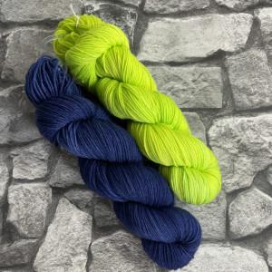Ein Strang handgefärbte Wolle mit dem Namen Bandana Cowl – Kit 3 von Wolldackel