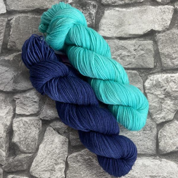 Ein Strang handgefärbte Wolle mit dem Namen Bandana Cowl – Kit 11 von Wolldackel