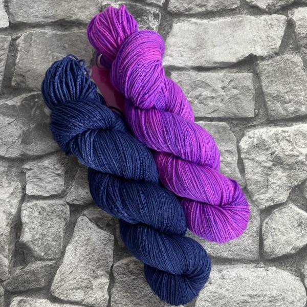 Ein Strang handgefärbte Wolle mit dem Namen Bandana Cowl – Kit 8 von Wolldackel