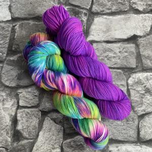 Ein Strang handgefärbte Wolle mit dem Namen Bandana Cowl – Kit 7 von Wolldackel