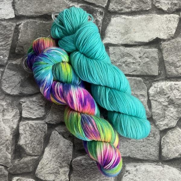 Ein Strang handgefärbte Wolle mit dem Namen Bandana Cowl – Kit 4 von Wolldackel
