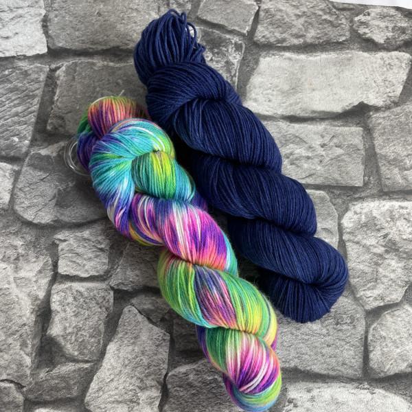Ein Strang handgefärbte Wolle mit dem Namen Bandana Cowl – Kit 9 von Wolldackel