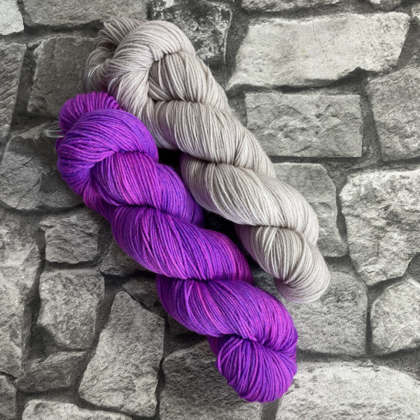 Ein Strang handgefärbte Wolle mit dem Namen Bandana Cowl – Kit 2 von Wolldackel