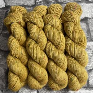Ein Strang handgefärbte Wolle mit dem Namen Senta von Wolldackel