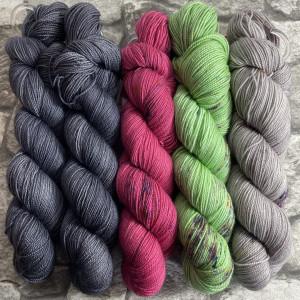Ein Strang handgefärbte Wolle mit dem Namen Slipstravaganza – Kit 23 von Wolldackel