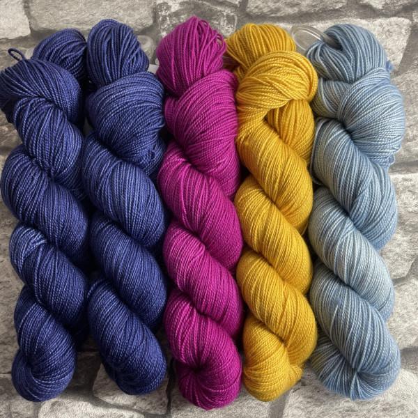 Ein Strang handgefärbte Wolle mit dem Namen Slipstravaganza – Kit 29 von Wolldackel