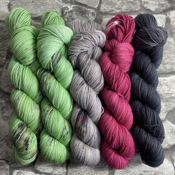 Ein Strang handgefärbte Wolle mit dem Namen Slipstravaganza – Kit 24 von Wolldackel