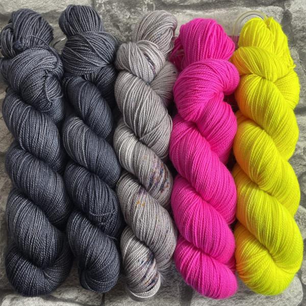 Ein Strang handgefärbte Wolle mit dem Namen Slipstravaganza – Kit 31 von Wolldackel