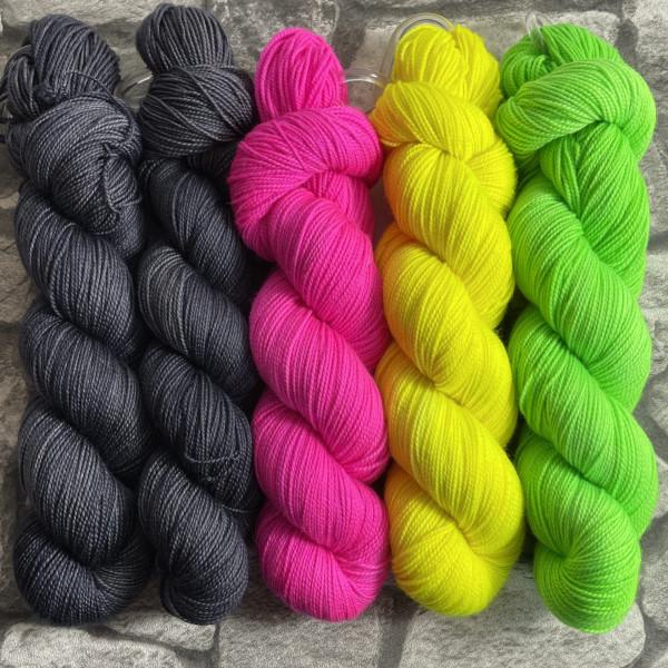 Ein Strang handgefärbte Wolle mit dem Namen Slipstravaganza – Kit 30 von Wolldackel
