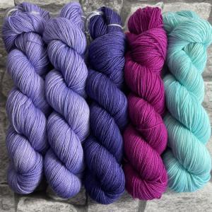 Ein Strang handgefärbte Wolle mit dem Namen Slipstravaganza – Kit 13 von Wolldackel