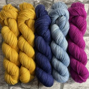 Ein Strang handgefärbte Wolle mit dem Namen Slipstravaganza – Kit 28 von Wolldackel