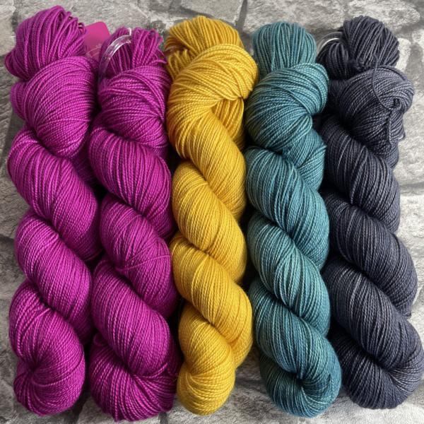Ein Strang handgefärbte Wolle mit dem Namen Slipstravaganza – Kit 27 von Wolldackel
