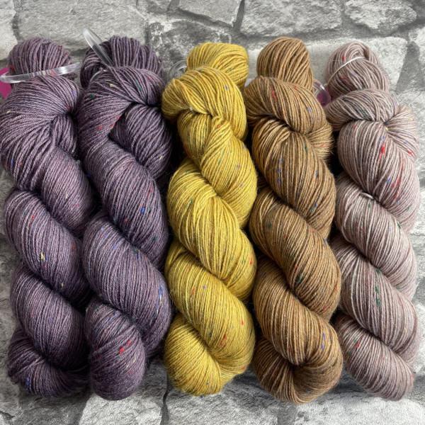 Ein Strang handgefärbte Wolle mit dem Namen Slipstravaganza – Kit 9 von Wolldackel