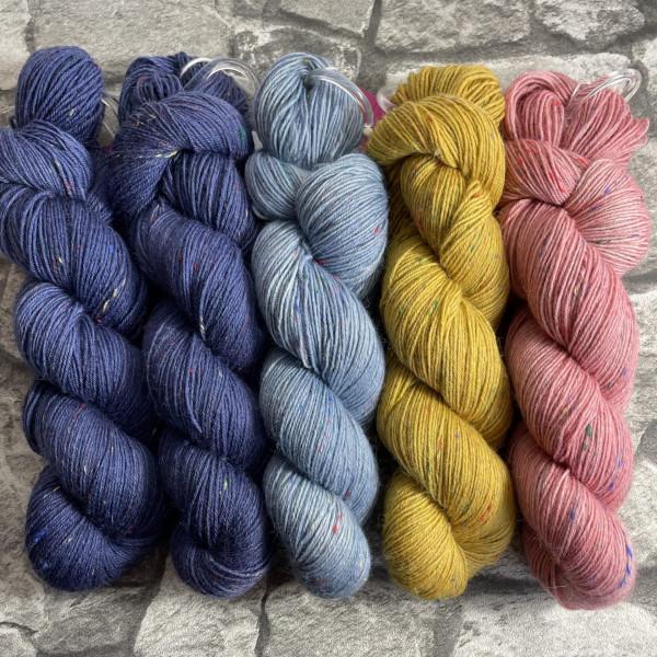Ein Strang handgefärbte Wolle mit dem Namen Slipstravaganza – Kit 1 von Wolldackel