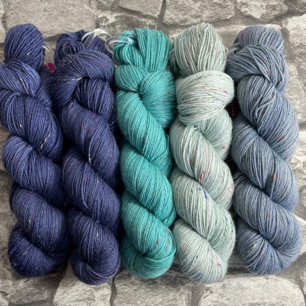 Ein Strang handgefärbte Wolle mit dem Namen Slipstravaganza – Kit 2 von Wolldackel