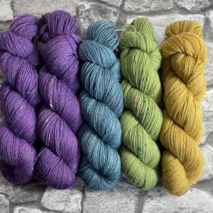 Ein Strang handgefärbte Wolle mit dem Namen Slipstravaganza – Kit 15 von Wolldackel