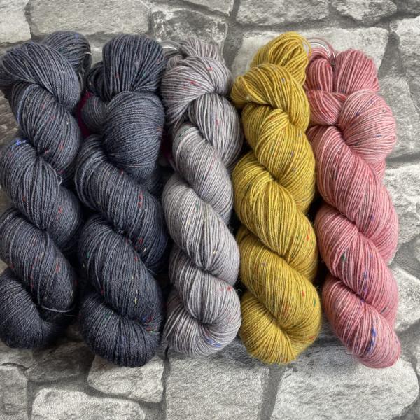 Ein Strang handgefärbte Wolle mit dem Namen Slipstravaganza – Kit 11 von Wolldackel