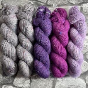 Ein Strang handgefärbte Wolle mit dem Namen Slipstravaganza – Kit 18 von Wolldackel