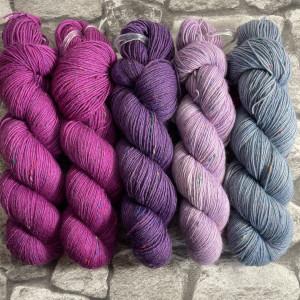 Ein Strang handgefärbte Wolle mit dem Namen Slipstravaganza – Kit 14 von Wolldackel