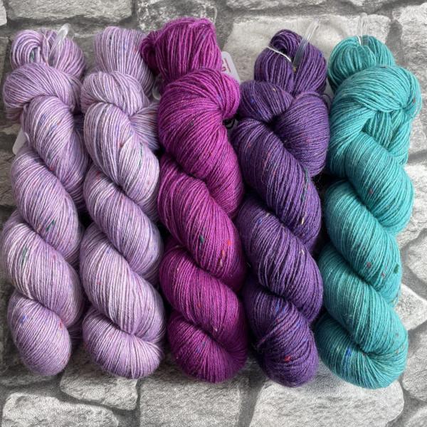 Ein Strang handgefärbte Wolle mit dem Namen Slipstravaganza – Kit 17 von Wolldackel