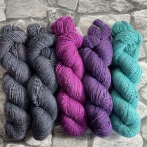 Ein Strang handgefärbte Wolle mit dem Namen Slipstravaganza – Kit 12 von Wolldackel