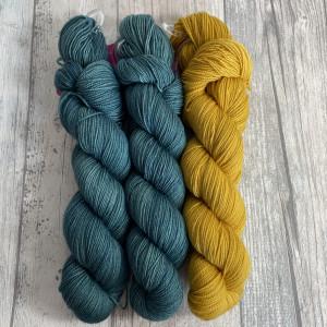Ein Strang handgefärbte Wolle mit dem Namen Bubble Shawl – Kit 14 von Wolldackel