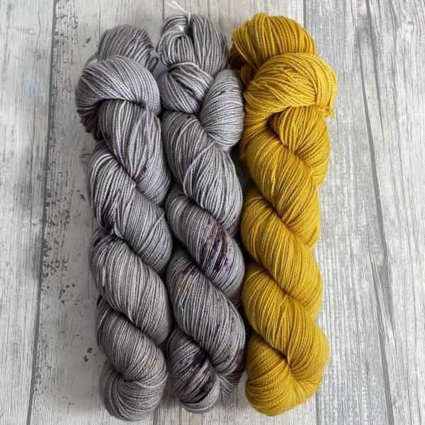 Ein Strang handgefärbte Wolle mit dem Namen Bubble Shawl – Kit 1 von Wolldackel