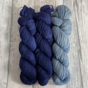 Ein Strang handgefärbte Wolle mit dem Namen Bubble Shawl – Kit 4 von Wolldackel