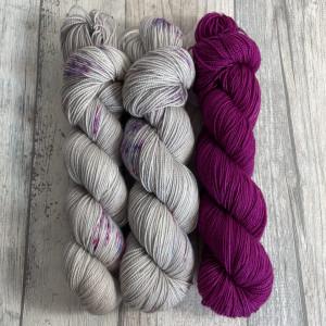 Ein Strang handgefärbte Wolle mit dem Namen Bubble Shawl – Kit 8 von Wolldackel