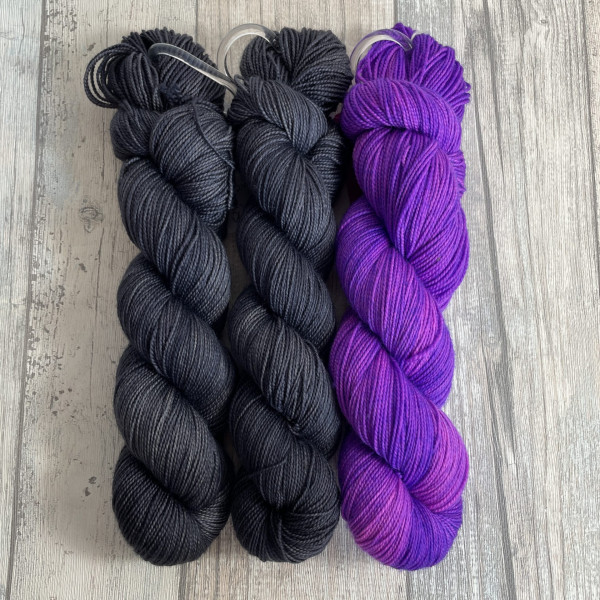 Ein Strang handgefärbte Wolle mit dem Namen Bubble Shawl – Kit 15 von Wolldackel