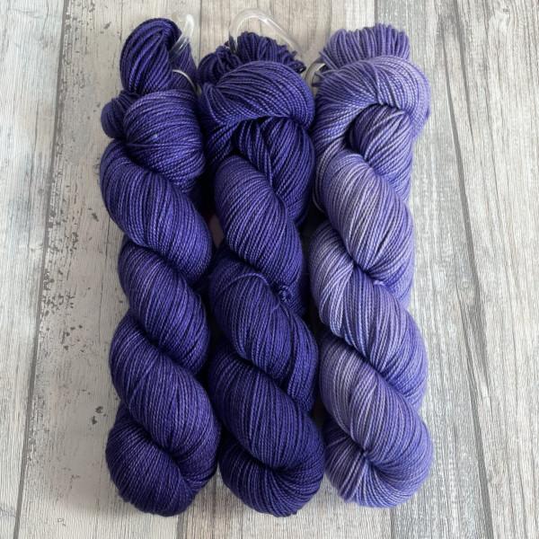 Ein Strang handgefärbte Wolle mit dem Namen Bubble Shawl – Kit 11 von Wolldackel