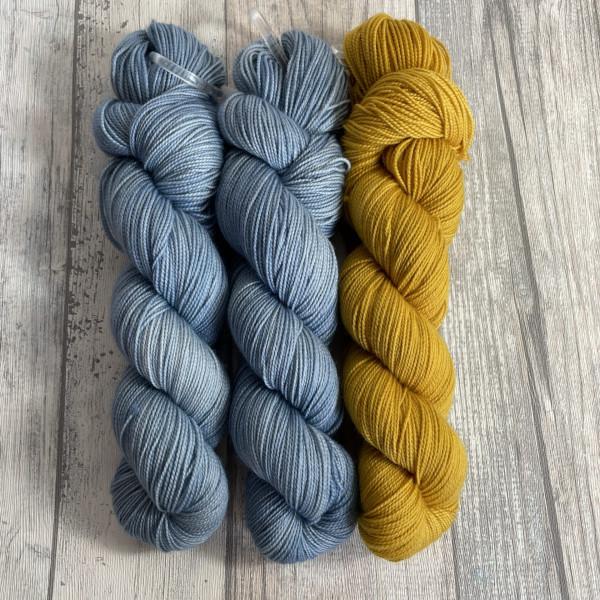 Ein Strang handgefärbte Wolle mit dem Namen Bubble Shawl – Kit 3 von Wolldackel
