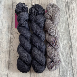 Ein Strang handgefärbte Wolle mit dem Namen Bubble Shawl – Kit 13 von Wolldackel