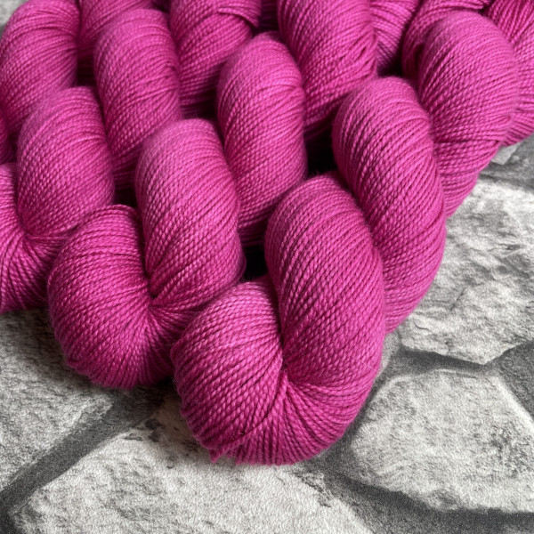 Ein Strang handgefärbte Wolle mit dem Namen Rose von Wolldackel