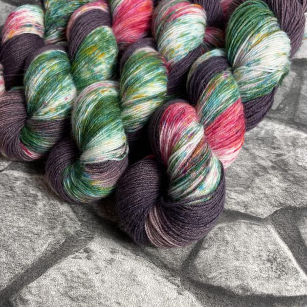 Ein Strang handgefärbte Wolle mit dem Namen Hexenhäuschen von Wolldackel