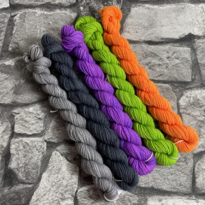 Ein Strang handgefärbte Wolle mit dem Namen Minipack 508 von Wolldackel