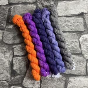 Ein Strang handgefärbte Wolle mit dem Namen Minipack 509 von Wolldackel