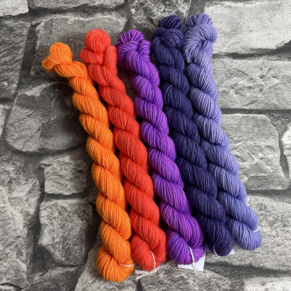 Ein Strang handgefärbte Wolle mit dem Namen Minipack 510 von Wolldackel
