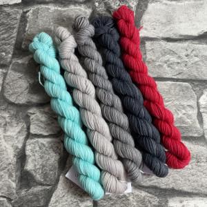 Ein Strang handgefärbte Wolle mit dem Namen Minipack 513 von Wolldackel